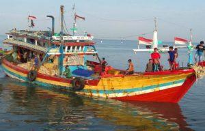 Kapal yang membawa jenazah korban tiba di dermaga Pelabuhan Tasikagung, Rembang. (Gambar atas) Jenazah korban akan dibawa ke RS dr. R. Soetrasno Rembang, Selasa pagi.