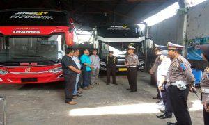 Petugas Satlantas Polres Rembang, Jum'at pagi (28/12) mendatangi garasi bus PO. Subur Jaya, untuk mengecek kelaikan kendaraan dan kesehatan pengemudi.
