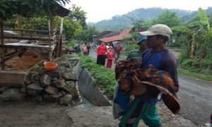 Jenazah korban dievakuasi. (gambar atas) Situasi lokasi kejadian di sebelah barat Desa Lemahputih, Kecamatan Sedan, Kamis pagi.