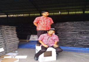 Dua orang komisioner KPU Kabupaten Rembang, mencoba kekuatan kotak suara baru yang belakangan ini ramai diperbincangkan.
