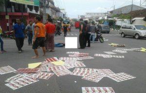 Korban pengendara sepeda motor tergeletak di tengah perempatan eks Stasiun Rembang, Senin siang (17/12). (Facebook).