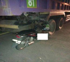Motor korban, H. Supardi menancap di bawah kolong truk.