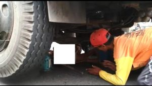 Warga mengevakuasi korban Sri Masriah, yang tersangkut di bawah truk tronton, Kamis (13/12).