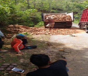 Muatan batu bata dipindahkan. (Gambar atas) Truk terguling di tikungan Krepyak, antara Desa Trembes – Dowan Kecamatan Gunem, Selasa siang.