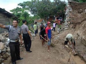 Pembangunan tebing baru di Dusun Siwalan Sukun, Kamis pagi (06/12), usai mengalami longsor.