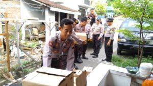 Aparat Polres Rembang mengangkut hasil Miras dari rumah warga Desa Sumberejo, Rembang.
