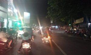 Antrean kendaraan bermotor di Perempatan Jaeni, salah satu pusat keramaian di Kota Rembang.