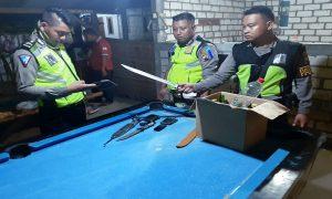 Polisi mengamankan senjata tajam dari pelaku yang pesta Miras. (gambar atas) Suasana TKP rumah warga yang dirusak pelaku, Minggu dini hari.