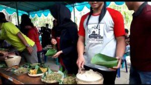 Serba serbi launching Pasar Mbrumbung, Minggu (16/12). Makan nasi jagung bareng dan kunjungan Bupati Rembang, Abdul Hafidz melihat salah satu lokasi yang menjual jajanan tempo doeloe.