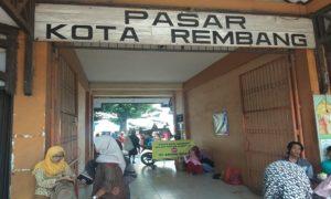 Pintu utama Pasar Rembang.