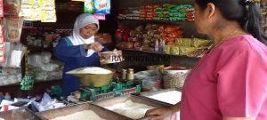 Transaksi jual beli di Pasar Sulang, Rembang belum lama ini.
