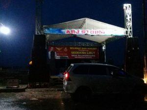 Pentas dangdut di Desa Bajingmeduro Kecamatan Sarang didatangi Panwaslu setempat, Minggu malam. Banner background panggung sebelum dan setelah pencopotan.