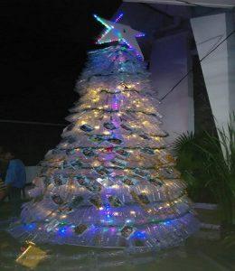 Pohon natal dari botol bekas air mineral, berdiri di depan Gereja Katholik Rembang.