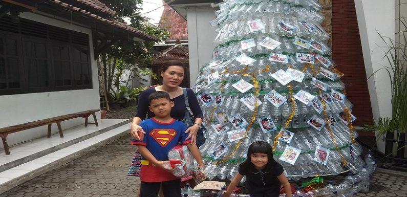 Unik, Arti Dibalik Pohon Natal Dari Bekas Botol Air Mineral
