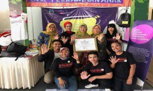 Hasiroh Hafidz bersama para pegiat Puspaga, usai menerima penghargaan.
