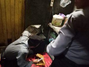 Anggota Polres Rembang mengecek sampai ke dapur, untuk mendapatkan barang bukti Miras, saat operasi di Kecamatan Sedan dan Kragan.