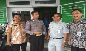 Pihak Jasa Raharja, kepolisian dan perwakilan Samsat Rembang berbincang – bincang, usai mengisi talkshow di Radio R2B Rembang, Kamis (13/12).