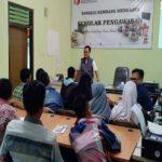 Ketua Bawaslu Kabupaten Rembang, Totok Suparyanto menjadi pengajar dalam Sekolah Pengawasan, hari Jum'at (14/12).