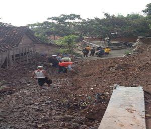 Material longsor menutupi akses jalan di Dusun Siwalan Sukun, Desa Dadapan, Kecamatan Sedan. Warga kerja bhakti membersihkan material longsoran, Rabu pagi (05/12).