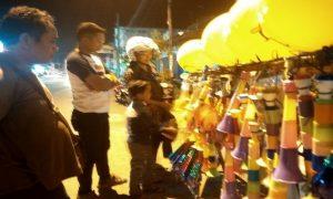 Warga membeli terompet di Jl. Kartini Rembang, saat malam Tahun Baru 2019.