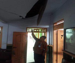 Plafon eternit di dalam ruangan kepala sekolah SD N I Karangharjo, Kecamatan Kragan dijebol pelaku pencuri.