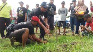 """Bupati Rembang, Abdul Hafidz menanam pohon saat menghadiri event """"MoroWoro"""" di Desa Woro, Kecamatan Kragan. (Gambar atas) Salah satu kegiatan """"MoroWoro"""", Kamis (20/12)."""