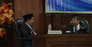 Bupati dan Wakil Bupati Rembang mengobrol dalam sebuah kegiatan di gedung DPRD Rembang, beberapa waktu lalu.
