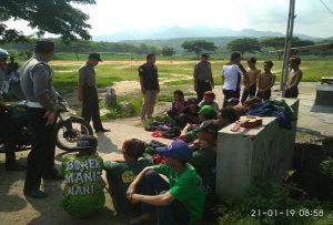 Aparat Polsek Sluke mengamankan anak – anak jalanan yang meresahkan di pinggir jalur Pantura dekat lapangan Desa Trahan, Kecamatan Sluke, Senin (21/01).