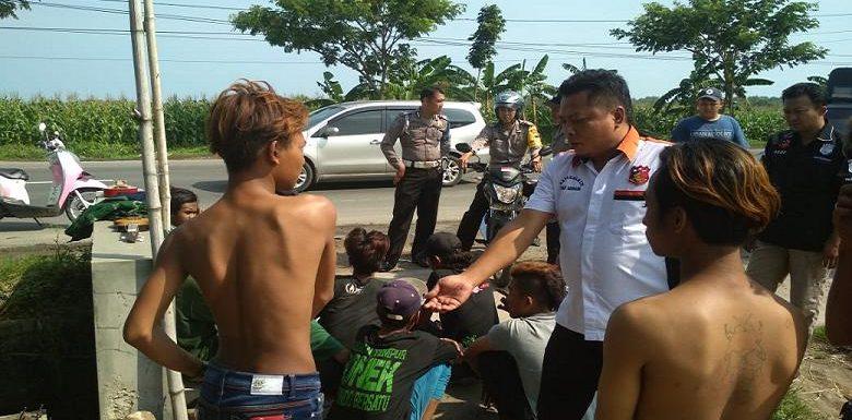 Nekat Tiduran Di Tengah Jalur Pantura, Puluhan Remaja Digaruk Polisi