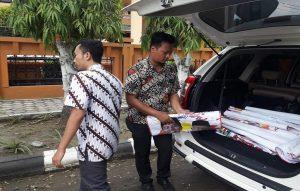 Petugas dari Sekretariat Bawaslu Kabupaten Rembang menertibkan atribut kampanye pasangan Jokowi – Ma'ruf Amin, Rabu siang.