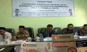 Stiker Menolak Politik Uang dan Komisioner Bawaslu Kabupaten Rembang.