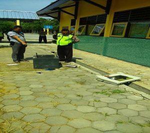 Brankas milik SMA N I Sulang dibobol pencuri. Aparat Polsek Sulang menggelar olah TKP.
