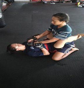 Dian Nuriyanita (bawah) giat berlatih tekhnik ground fighting di Solo, Selasa (15/01).