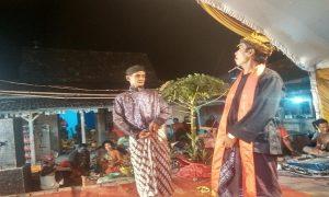 """Sarimin """"Menyeng"""" (jarik putih lurik), ikon seni emprak ketika pentas di Desa Kebonagung, Kecamatan Sulang, Minggu malam (06/01)."""