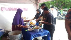 Usai upacara memperingati Hari Amal Bakti ke - 73, Kementerian Agama Kabupaten Rembang menyediakan menu makanan di angkringan, Kamis pagi (03/01).