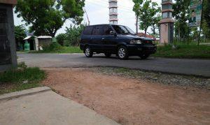 Ruas jalan antara Dresi Kulon, Kecamatan Kaliori menuju Sumber tergolong masih sempit. Tahun 2019 akan dilebarkan.