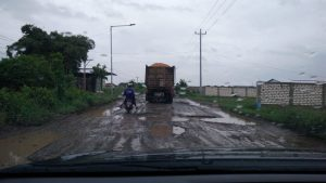 Truk besar, Jum'at siang (25/01) melintas di jalur lingkar Rembang yang rusak parah. Warga sering mengira truk ini menuju pabrik semen, padahal tidak. (Dok. Humas PT. Semen Gresik).