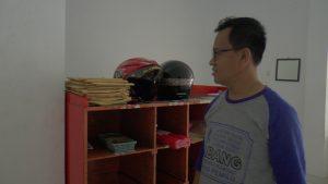 Ketua Bawaslu Kabupaten Rembang, Totok Suparyanto mengamati tumpukan paket berisi tabloid Indonesia Barokah yang masih menumpuk di Kantor Pos Rembang. (Gambar atas) Kepala Kantor Pos Rembang memberikan penjelasan kepada pihak Bawaslu dan polisi.