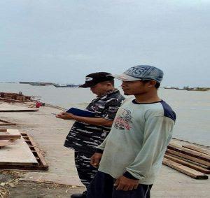 Petugas TNI Angkatan Laut dari Pos AL Rembang meminta keterangan saksi di dekat TPI Sarang. Tampak terlihat di kejauhan kapal tongkang yang menabrak sejumlah kapal nelayan.
