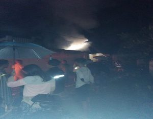 Warga memadati sekitar lokasi kebakaran, Kamis malam (17/01). Dari kejauhan tampak kepulan asap membumbung tinggi.