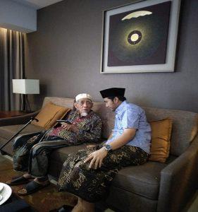 Ahmad Asrof setia mengawal dan mendampingi Kiai Maimoen Zubair, dalam berbagai kesempatan.