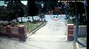 Kecelakaan yang terekam kamera CCTV di depan gedung Balai Kartini Rembang, belum lama ini. Keberadaan CCTV cukup penting, untuk mengungkap kasus tabrak lari.