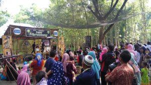 Suasana keramaian di Pasar Brumbung. (gambar atas) Seorang pengunjung menunjukkan uang khas Pasar Brumbung, Minggu pagi.