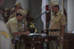 Suasana pelantikan pejabat di lantai IV Gedung Setda Rembang. (gambar atas) Salah satu elemen masyarakat mempertanyakan penataan SOTK, melalui sebuah baliho yang terpasang di pinggir Jl. Pemuda Rembang.