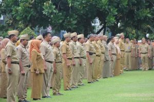 Pegawai negeri atau aparatur sipil negara (ASN) di lingkungan Pemkab Rembang mengikuti apel pagi, belum lama ini.