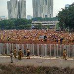 Perangkat desa se Indonesia berada di halaman Stadion GBK Jakarta, Senin pagi (14/01).