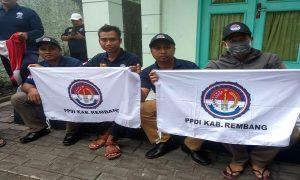 Perangkat desa di Kabupaten Rembang berangkat ke Jakarta dari depan rumah dinas Wakil Bupati, Minggu siang.