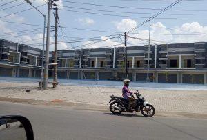 Ruko di depan Masjid Pamotan.