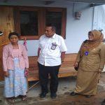 Wakil Bupati Rembang, Bayu Andriyanto, Senin sore (28/01) mengunjungi rumah Lasmi, yang dibangun menggunakan bata interlock. Tampak Kabiro Humas Dan Bina Lingkungan PT. Semen Gresik, Kuswandi turut mendampingi.