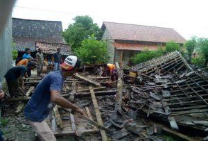 Angin kencang merobohkan rumah Kasmuni di Desa Ngroto Kecamatan Pancur, Selasa siang (22/01).